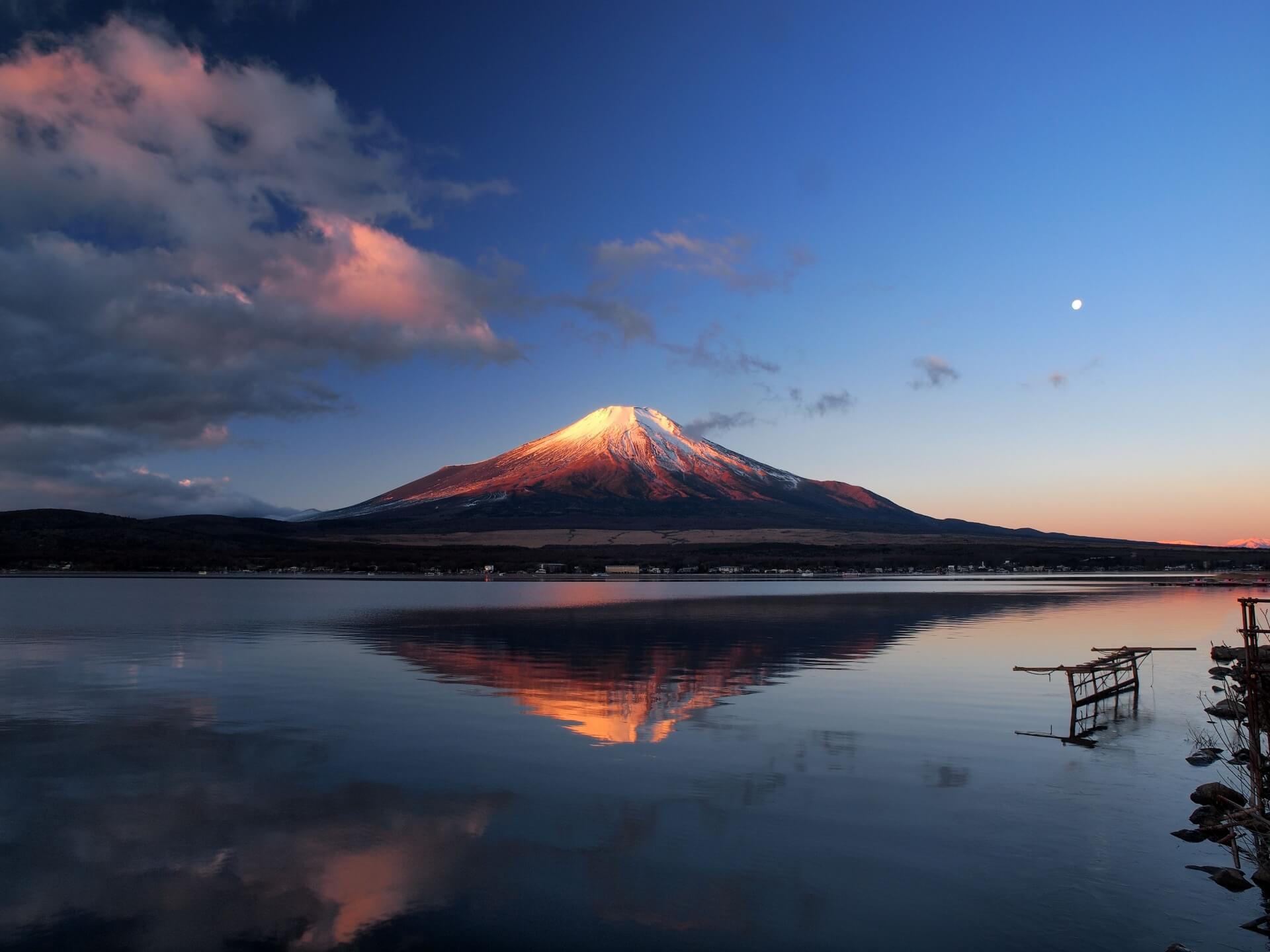 神々しく輝く富士山